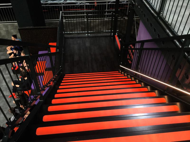 Entresolvloer-verdiepingsvloer trap kleur: zwart-rood