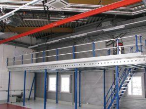 Entresolvloer met leuningconstructie en trap
