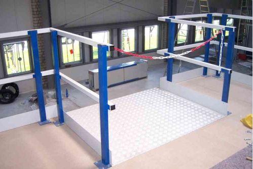 palletopzetplaats voor de tussenvloer met rood witte veiligheidsketting
