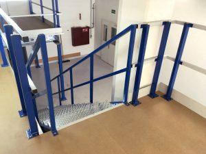 Leuningconstructie voor de veiligheid van de tussenvloer voor mensen en materialen