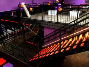 Tussenvloer met rood-zwarte trap