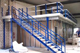 Tussenvloer en stalen trap blauw