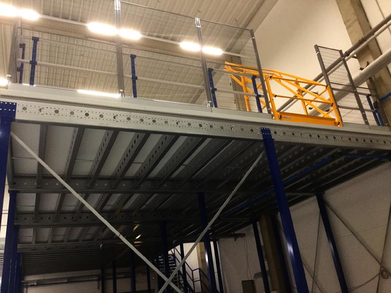 Lagerbühnen und Stahlbaubühnen mit Paletten Übergabestation