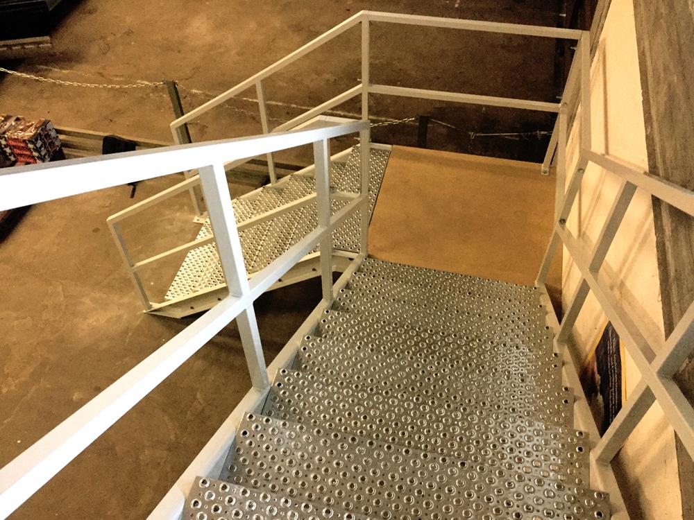 Lagerbühne mit Treppe weiss Project Noordrek GmbH