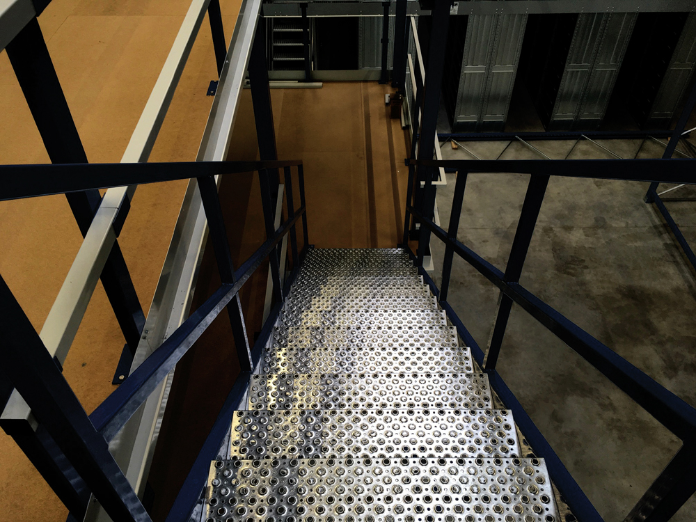 Lagerbühne mit Treppe blau-metall Project Noordrek GmbH