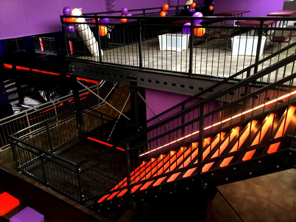 Entresolvloer trap verdiepingsvloer zwart rood